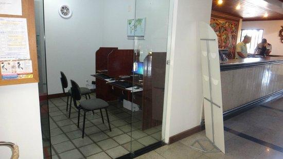 Oceano Praia Hotel: Posto de internet ao lado da recepção