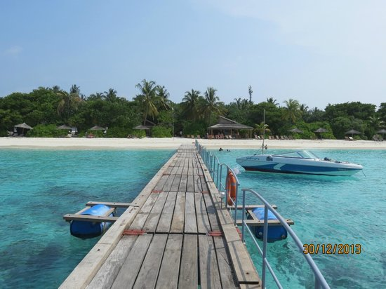 Reethi Beach Resort: View of the beach from the end of the landing jetty.