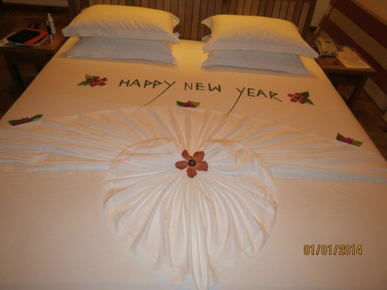 Reethi Beach Resort: Our bed upon our return New Years eve night ;-)