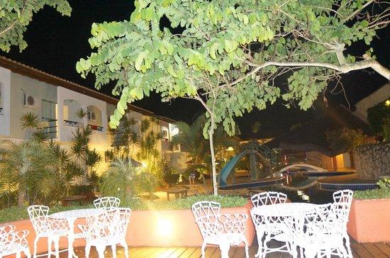 Sarana Praia Hotel: area da piscina - noite