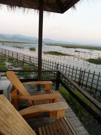 Shwe Inn Tha Floating Resort : Private deck