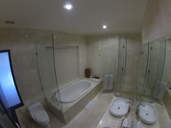 Kamuela Villas and Suite Sanur: Suite Bathroom