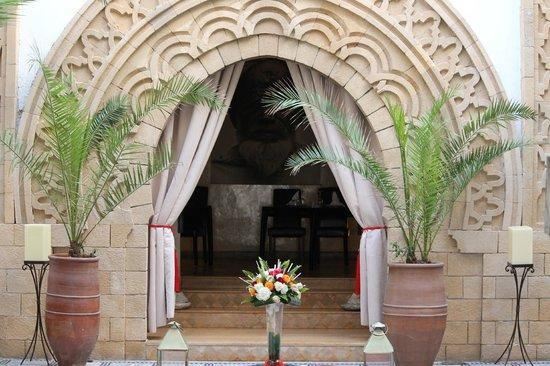 Riad Dar L'Oussia: Porte traditionnelle (entrée de restaurant)