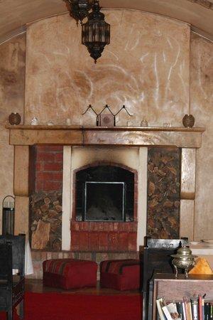 Riad Dar L'Oussia: cheminée coté droit
