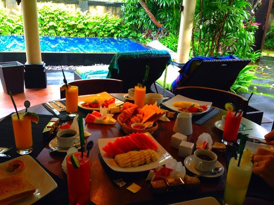 Kamuela Villas and Suite Sanur: Breakfast in the 3 Bedroom Villa