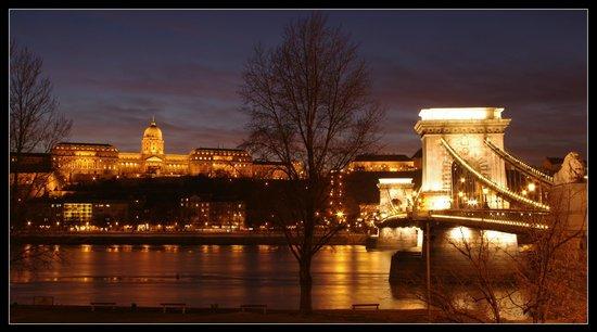 Széchenyi Lánchíd : Chain Bridge and Royal Palace .