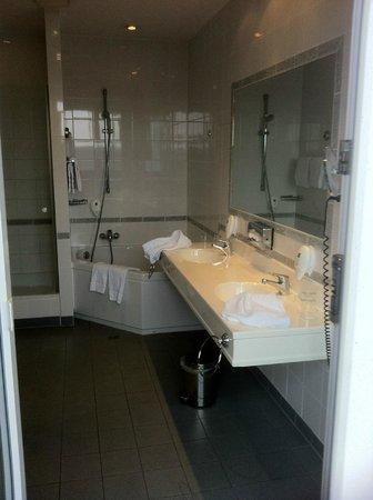 Wyndham Köln: Bathroom