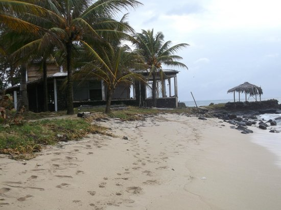 La Princesa de la Isla : unsightly derelict buildings on the beach