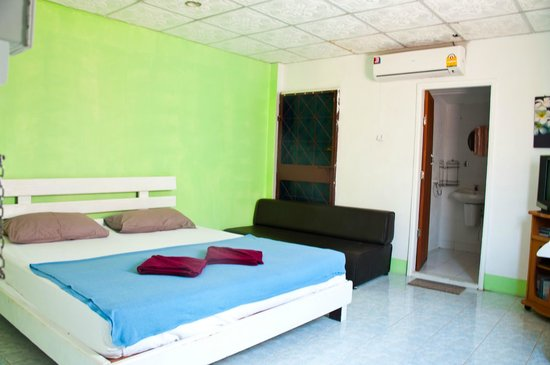 Urban Guesthouse: double room with king size bed with private bathroom, aircon and TV/DVD