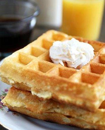 High Meadows Inn: Yummy Belgian waffles for breakfast