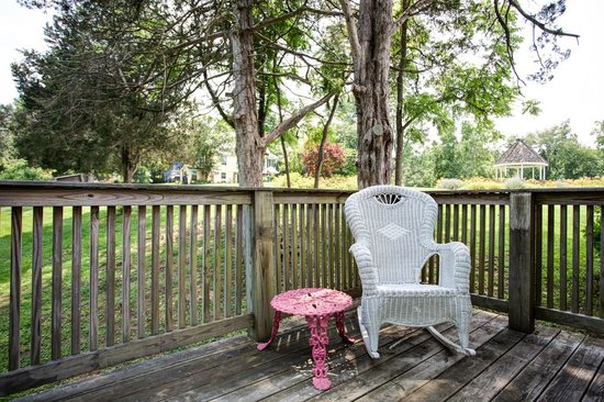 High Meadows Inn: Private deck in the Cottage Suite