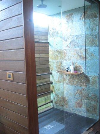 Gangehi Island Resort: Doccia OverWater Deluxe
