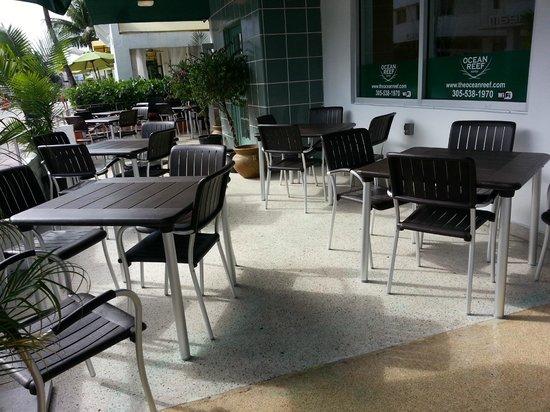 Ocean Reef Suites: restaurant alterno al lado del hotel