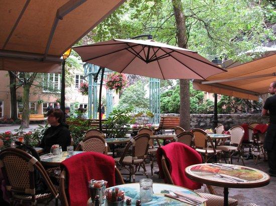 Le Lapin Sauté: Outdoor terrace