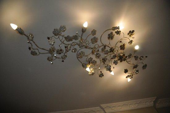 Hotel Broken Column: strano lampadario al soffitto ma interessante