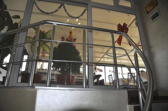 Hotel Broken Column: scala per sala colazione