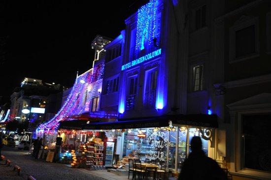 Hotel Broken Column: ingresso hotel di sera sotto feste natalizie