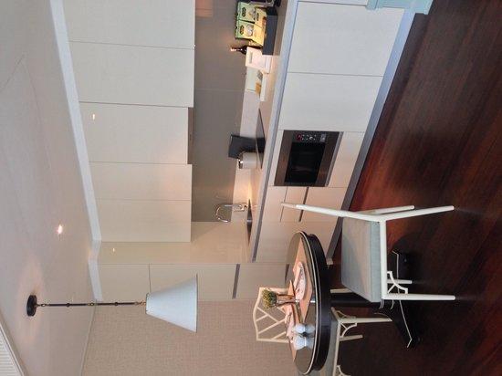 Oriental Residence Bangkok : 2人用ダイニングテーブルとキッチン