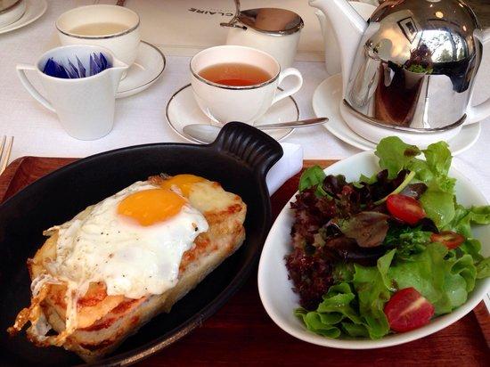 Oriental Residence Bangkok : クロックマダム、サラダが付いてきました