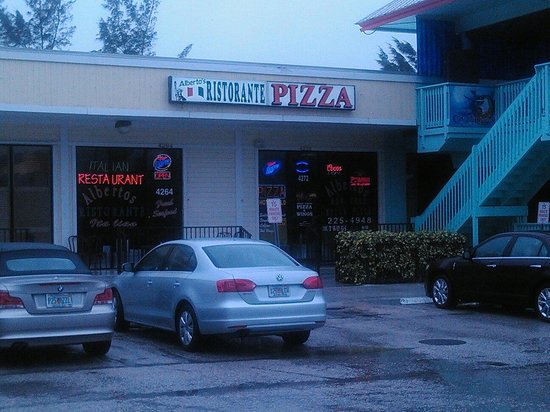 Alberto's Pizzeria : The restaurant is to the left and to the right is their pizzeria. Didn't realize that until I wa