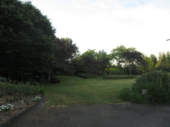 Doolan's Country Retreat: garden