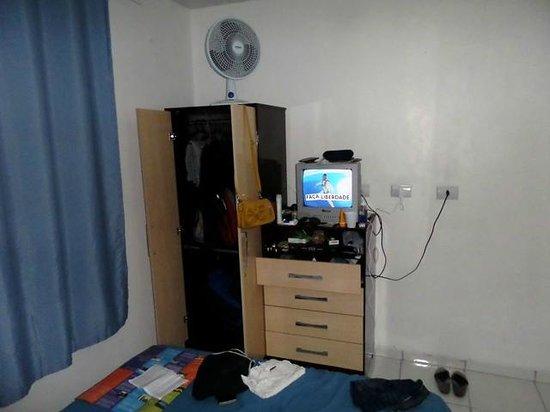 Hotel PP: Armários, ventilador e tv