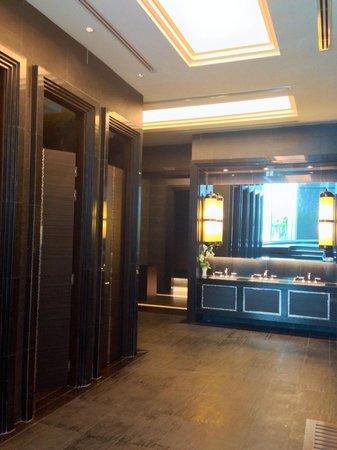 Grande Centre Point Terminal 21: ジャグジー隣に、トイレとシャワールーム
