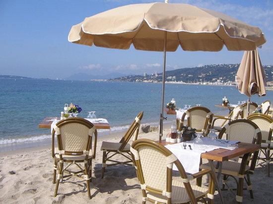 Bijou Plage: Tables sur le sable