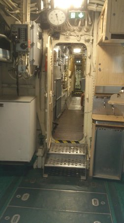 Int rieur du sous marin picture of flore submarine base for Interieur sous marin