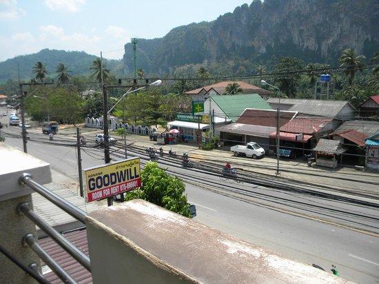 Aonang Goodwill: Вид  из номера - шумная дорога и провода