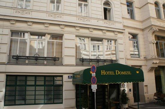 Hotel Domizi: открытое окно-наше))