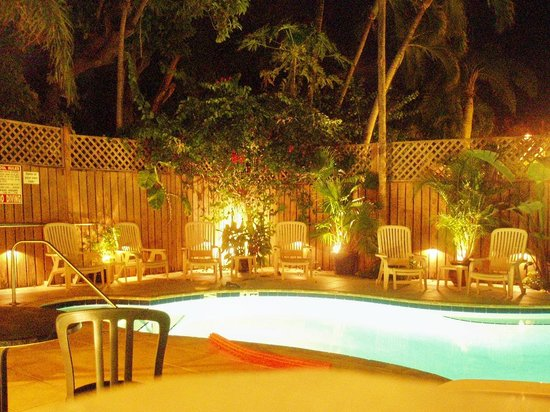 Curry House Bed and Breakfast: abends am Pool