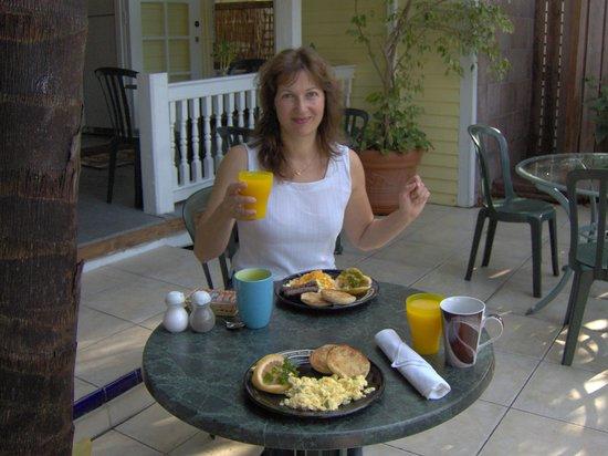 Curry House Bed and Breakfast: Frühstück immer draußen