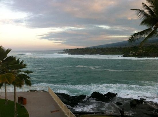 Sheraton Kona Resort & Spa at Keauhou Bay: Sunrise from our room at the Sheraton Kona