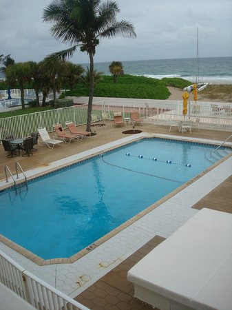 Coral Tides Resort and Beach Club : Salt water heated pool
