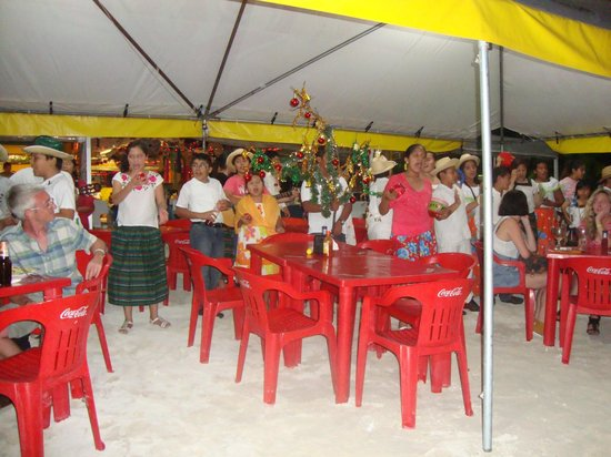Hotel Posada Del Mar: Christmas singers at Mininos