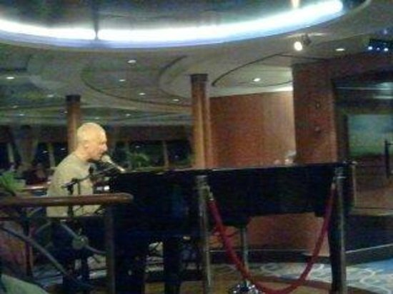 P&O Ferries - Day Trips : Pianospieler in der Sky Lounge
