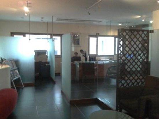 Hotel Studio Estique: Reception tucked into a far corner