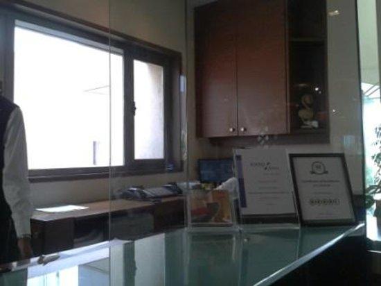 Hotel Studio Estique: Reception counter
