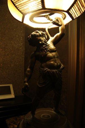 Antica Dimora delle Cinque Lune : Лампа в холле отеля