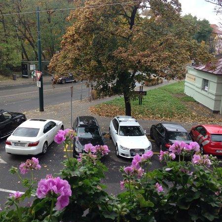Hotel Union Prague: Вид из окна был замечательный, слева трамвайная остановка,   минут 5 от нее -  Вышеград