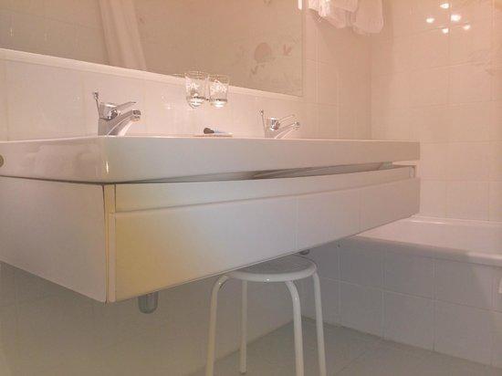 Hotel Pavillon du Zoute : meuble salle de bains