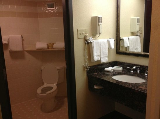 Drury Inn Paducah: Bathroom was large and well-stocked