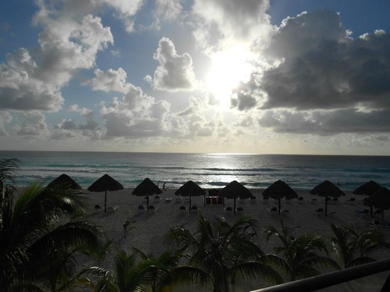 Flamingo Cancun Resort: Sunrise from our balcony