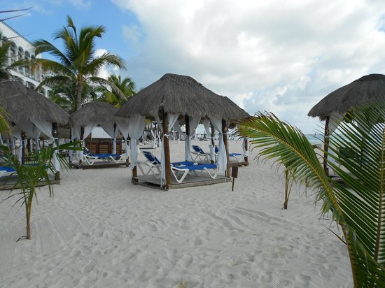 Flamingo Cancun Resort : Beach cabana's must reserve
