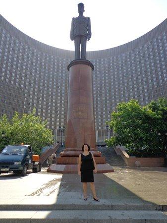 Hotel Cosmos : Памятник Шарлю де Голю
