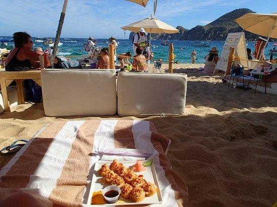 Baja Cantina Beach Club : The Cosmos roll, early lunch on the beach!