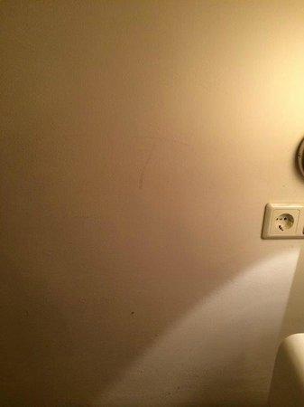 Hahn Apartments: dirty walls