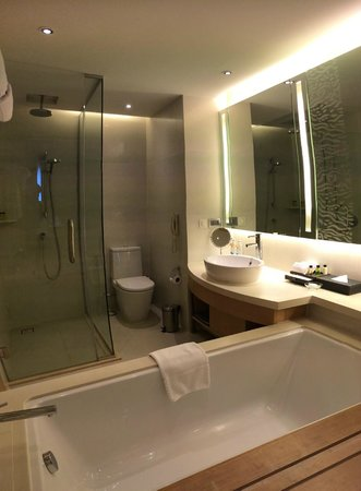 Amari Watergate Bangkok: View of the huge bathroom