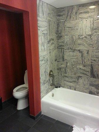 Hard Rock Hotel and Casino Tulsa: Other half of Bathroom